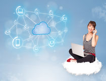 Gelukkige vrouwenzitting op wolk met wolk gegevensverwerking royalty-vrije stock fotografie