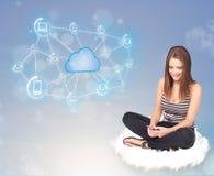 Gelukkige vrouwenzitting op wolk met wolk gegevensverwerking Royalty-vrije Stock Foto's