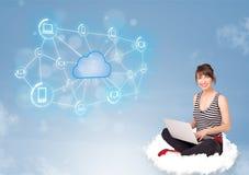 Gelukkige vrouwenzitting op wolk met wolk gegevensverwerking stock foto