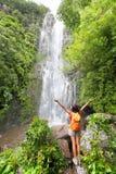 Gelukkige wandelaar - de toeristen die van Hawaï door waterval wandelen stock afbeelding