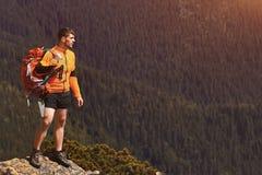 Gelukkige wandelaar die bereikend het levensdoel, succes, vrijheid en geluk, voltooiing in bergen winnen stock fotografie