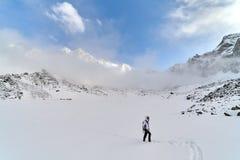 Gelukkige wandelaar die in de bergen, de vrijheid en het geluk, voltooiing in bergen lopen stock afbeeldingen