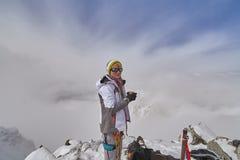 Gelukkige wandelaar die in de bergen, de vrijheid en het geluk, voltooiing in bergen lopen royalty-vrije stock fotografie
