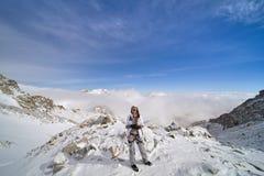 Gelukkige wandelaar die in de bergen, de vrijheid en het geluk, voltooiing in bergen lopen royalty-vrije stock afbeeldingen