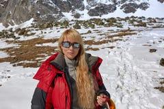 Gelukkige wandelaar die in de bergen, de vrijheid en het geluk, voltooiing in bergen lopen stock foto's