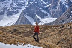 Gelukkige wandelaar die in de bergen, de vrijheid en het geluk, voltooiing in bergen lopen royalty-vrije stock foto