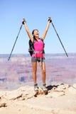 Gelukkige wandelaar door Grand Canyon -te toejuichen Stock Afbeeldingen