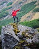 Gelukkige wandelaar tegen stenen. Stock Fotografie