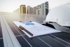 Gelukkige werkende zonnepost photovoltaic panelen stock foto
