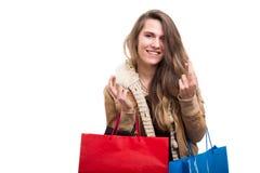 Gelukkige winkelende vrouw die goed gelukgebaar doen Stock Foto's