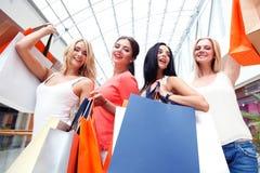 Gelukkige winkelende vrouwen Stock Foto