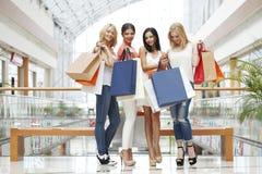 Gelukkige winkelende vrouwen Stock Foto's