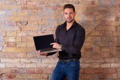 Gelukkige zakenman die aan het scherm richten royalty-vrije stock foto