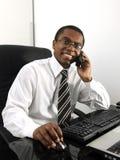Gelukkige zakenman die bij bureau werkt Royalty-vrije Stock Foto