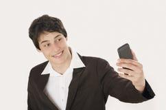 Gelukkige zakenman die een selfiefoto met zijn slimme telefoon nemen royalty-vrije stock afbeelding