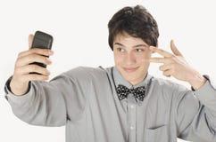 Gelukkige zakenman die een selfiefoto met zijn slimme telefoon nemen royalty-vrije stock fotografie
