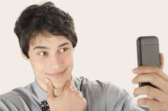 Gelukkige zakenman die een selfiefoto met zijn slimme telefoon nemen stock fotografie