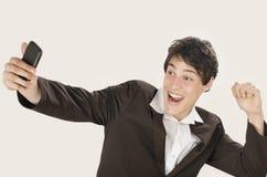 Gelukkige zakenman die een selfiefoto met zijn slimme telefoon nemen stock foto's