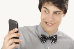 Gelukkige zakenman die een selfiefoto met zijn slimme telefoon nemen stock foto