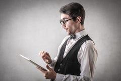 Gelukkige zakenman die een tablet gebruiken Stock Foto's