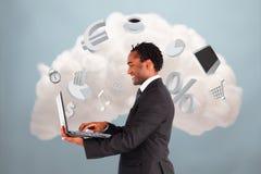 Gelukkige zakenman die met wolk gegevensverwerking verbinden stock afbeeldingen
