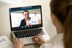 Gelukkige zakenman die positief financieel verslag via video mede tonen royalty-vrije stock afbeeldingen
