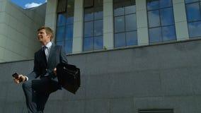 Gelukkige zakenman die, succesvolle carrière, voordelige investering vreugdevol dansen stock video
