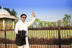 Gelukkige zakenman die tonend vicotry teken bevinden zich Royalty-vrije Stock Foto's