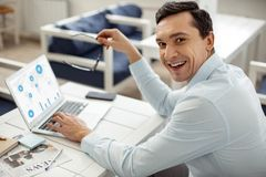 Gelukkige zakenman die zaken en het glimlachen doen royalty-vrije stock foto's