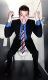Gelukkige zakenman die zich in toilet bevindt Royalty-vrije Stock Foto