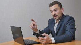 Gelukkige zakenman online en gebruikstablet die spreken stock video