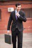 Gelukkige zakenman op de straat royalty-vrije stock afbeelding