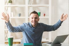 Gelukkige zakenman op het werk Stock Foto