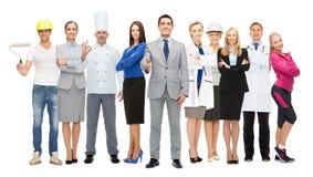 Gelukkige zakenman over professionele arbeiders Royalty-vrije Stock Foto's