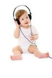 Gelukkige zingende baby die grote zwarte hoofdtelefoons draagt Stock Afbeelding