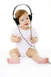 Gelukkige zingende baby met zwarte hoofdtelefoons Royalty-vrije Stock Foto's
