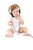 Gelukkige zingende baby met zwarte hoofdtelefoons Stock Foto