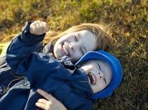 gelukkige zuster en broer Royalty-vrije Stock Afbeeldingen