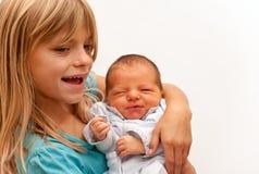 Gelukkige Zuster met pasgeboren broer Stock Afbeeldingen