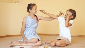Gelukkige zusters die met penselen spelen stock footage
