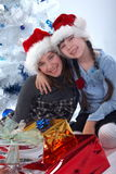 Gelukkige zusters feestelijke verrassing stock foto's
