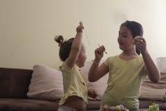 Gelukkige zusters op Pasen royalty-vrije stock foto's