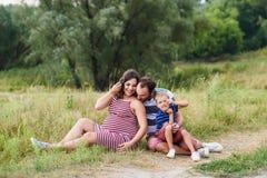 Gelukkige Zwangere familie op gang royalty-vrije stock fotografie