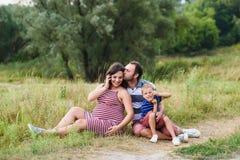 Gelukkige Zwangere familie op gang stock afbeeldingen