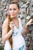 Gelukkige zwangere vrouw met bloem die en van het leven in aard, gezonde zwangerschap ontspant geniet Royalty-vrije Stock Foto's