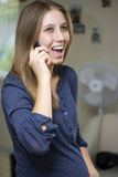 Gelukkige Zwangere Vrouw op Telefoon Royalty-vrije Stock Foto's