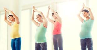 Gelukkige zwangere vrouwen die in gymnastiek uitoefenen Royalty-vrije Stock Foto's