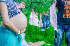 Gelukkige zwangere vrouwen met echtgenoot openlucht in de tuin Stock Foto's