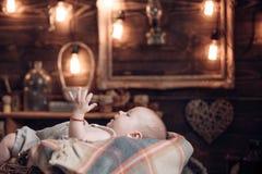 Gelukkige zwangerschap Portret van gelukkig weinig kind Familie Kinderverzorging De Dag van kinderen kinderjaren en geluk Klein m royalty-vrije stock foto