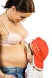 Gelukkige zwangerschapsmoeder en zoon Royalty-vrije Stock Afbeeldingen